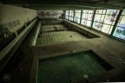 starý bazén v opuštěném hotelu