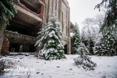 Hlavní a budova cínového dolu v zimě